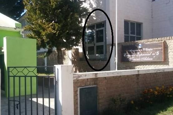 Escuela Especial Nº5 de El Calafate, con la salida de emergencia situada a un metro del suelo.