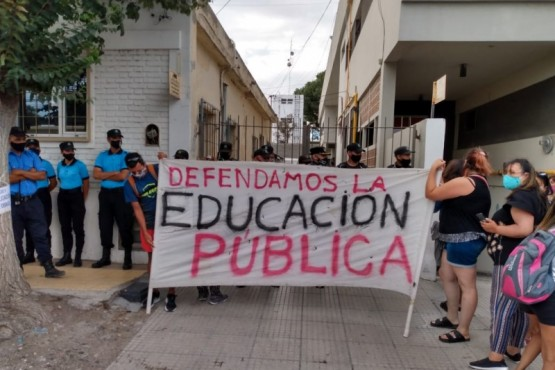 Empleados docentes y estatales realizaron protesta ante Nicolás Trotta