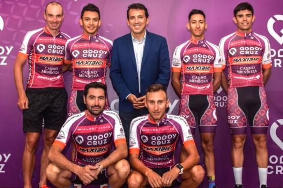 El santacruceño con sus compañeros y el Intendente de Godoy Cruz.