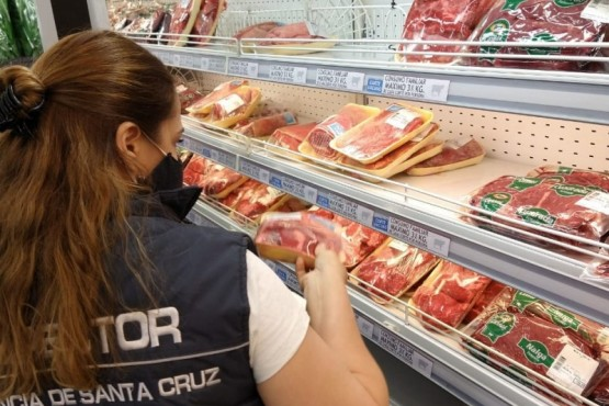 Personal del área de Consumo efectuando el control.
