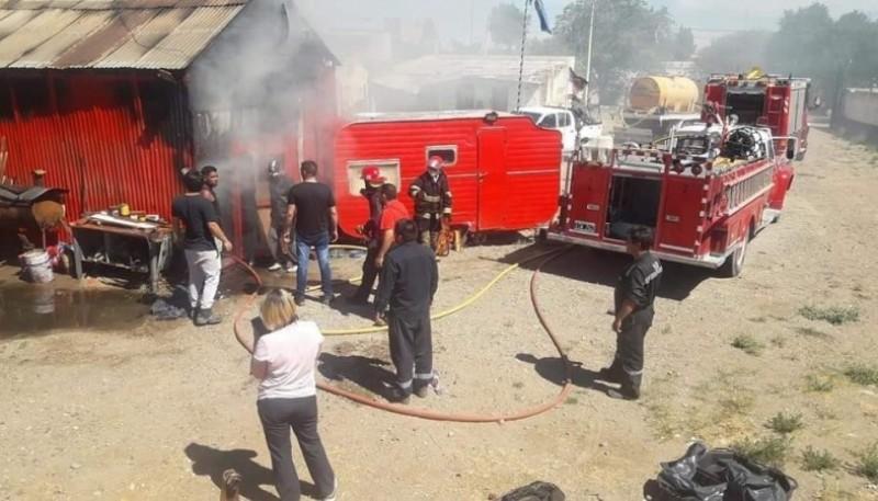 Dos dotaciones de bomberos sofocaron el fuego. (Foto Facebook de Bomberos Voluntarios)