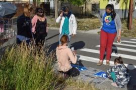 Padres y docentes de ITEA pintaron pictogramas sobre sendas peatonales