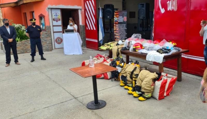 El equipamiento que recibió bomberos.