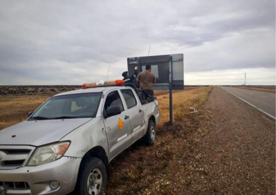 Siguen acondicionando los carteles en rutas santafcruceñas