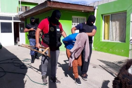 Detienen a dos sujetos que se hicieron pasar por policías para robar