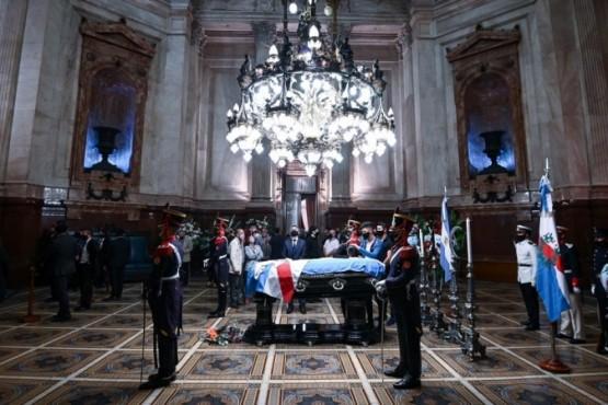 Retoman el velatorio de Menem en el Senado
