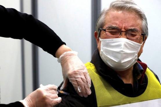 La vacunación comenzó en Japón a medida que crecen los contagios. (REUTERS/Kim Kyung-Hoon)