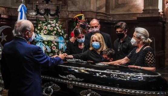 Concluyó el velatorio de Carlos Menem y sus restos son trasladados al cementerio