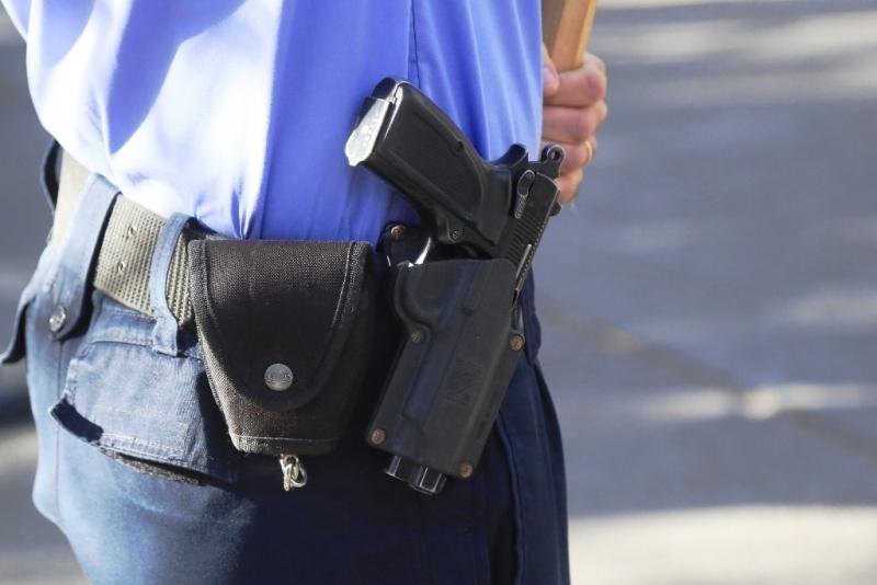 Arma reglamentaria.