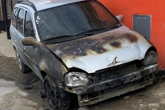 Imagen del Chevrolet Corsa incendiado.