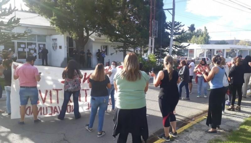 Personal médico y vecinos de Piedra Buena se manifestaron por las calles de la localidad.