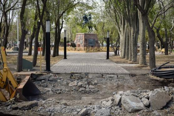 Llega la madera para continuar con la Plaza San Martín
