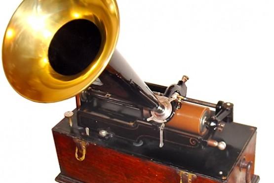 Thomas Alva Edison desarrolló un aparato capaz de grabar y reproducir el sonido: el fonógrafo