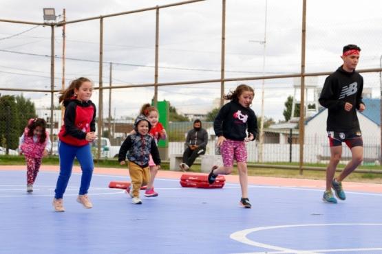 """Niños y niñas también tienen su hora de """"Deportes en la ría"""" de Río Gallegos"""
