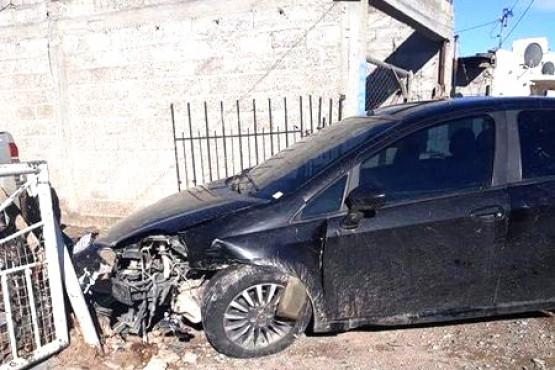 Le sacó el auto al padre, y lo chocó contra un paredón.