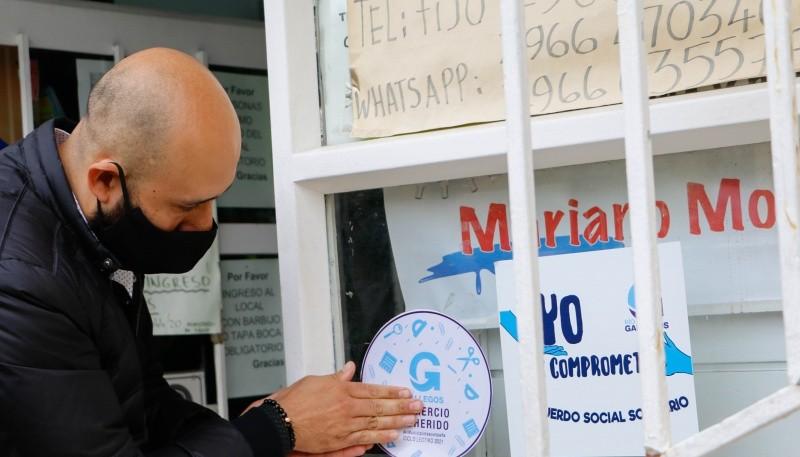 """Entregaron las calcomanías que identifican a los comercios adheridos a la """"Canasta Escolar"""""""