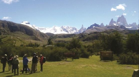Influencers y revcistas promocionan destinos turisticos santacruceños