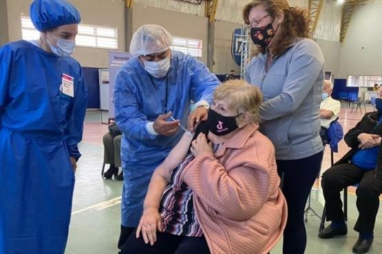 Isabel Muñoz, la primera vacunada del grupo entre los 80 y 89 años.