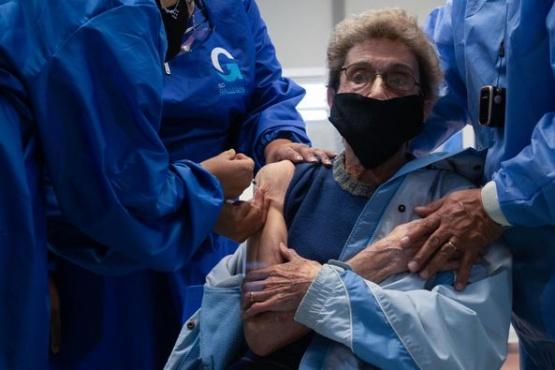 """El testimonio de una mujer de 80 años vacunada de COVID: """"Estoy encerrada desde que empezó todo"""