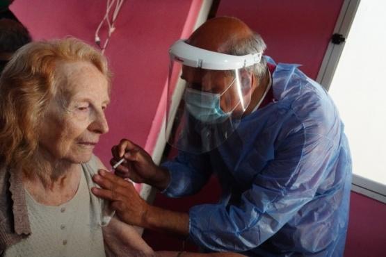 En Trelew y Esquel ya vacunan a los adultos mayores
