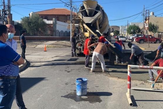 Operativo de bacheo en las calles de Caleta Olivia