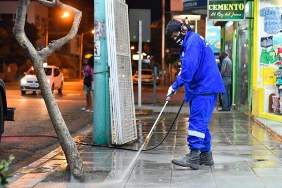 Trelew | Buena repercusión en los comerciantes por el nuevo sistema de barrido de calles y limpieza de veredas