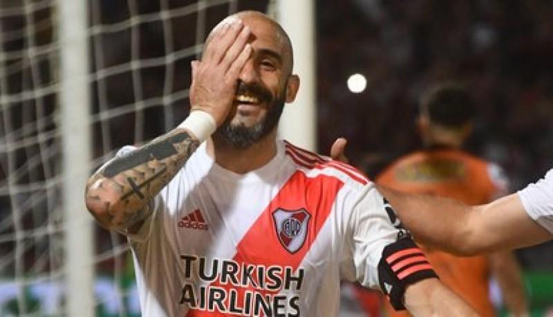 Javier Pinola sufrió una durísima lesión contra Platense