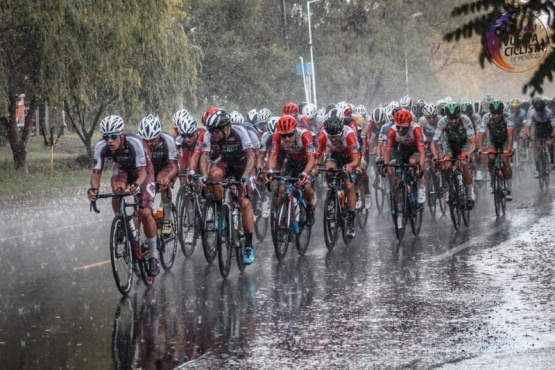 La lluvia fue protagonista en uno de los tramos de la carrera.