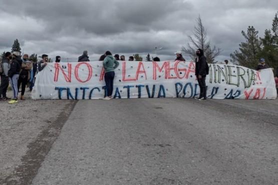 Eduardo Hualpa medio entre los manifestantes y las fuerzas de seguridad