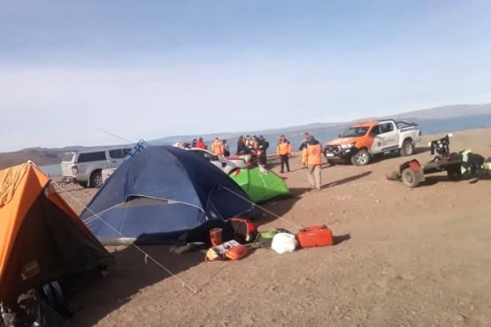 Los colaboradores en la búsqueda acampan en la orilla del lago.