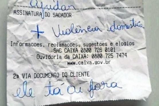 El ticket escrito por una mujer para pedir ayuda.