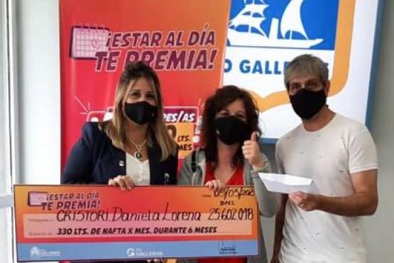 """La primera ganadora de """"Estar al día te premia"""" de Río Gallegos recibió su premio"""