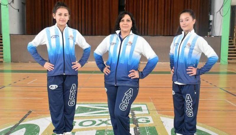 Entrenadora y alumnas posaron antes de viajar a Córdoba.