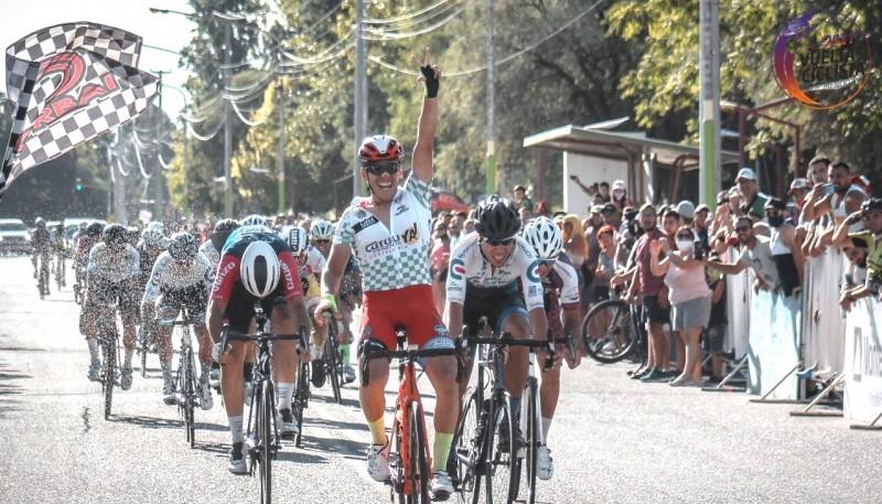 El ganador levanta el brazo en Mendoza.