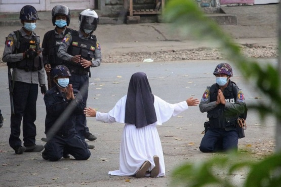 """""""Dispárame a mí"""": dramática súplica de una monja durante una protesta"""