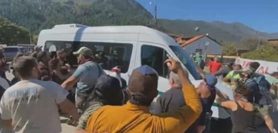 Atacaron la camioneta de Alberto Fernández al llegar a Lago Puelo