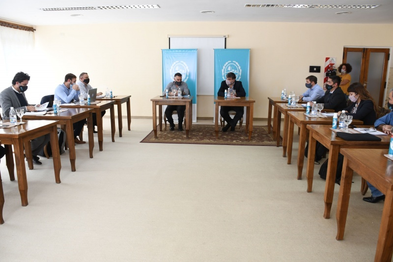 Mesa de funcionarios en San Julián.