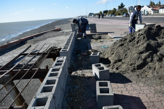 Muro en la costanera de Río Gallegos.