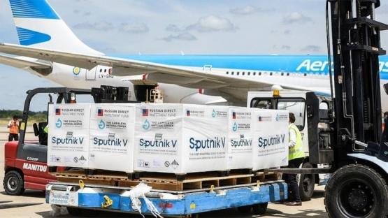 A la madrugada parte el avión que buscará otras 500.000 vacunas Sputnik