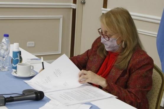 Alicia Kirchner en la firma del convenio con YPF.