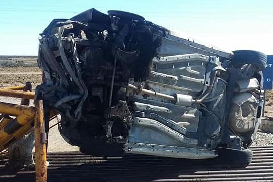 El rodado Fiat tras volcar sobre la Ruta N° 12 e incendiarse quedó totalmente destruido. (Fotos: Radio Sur)