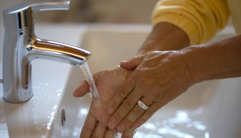 Lavarse las manos es esencial para contener la propagación de enfermedades infecciosas.
