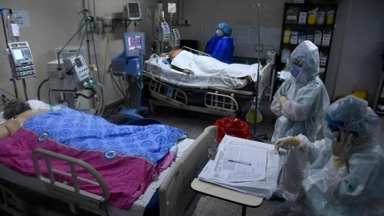La cepa brasileña provoca casos récord, colapsos hospitalarios y cierres en la región