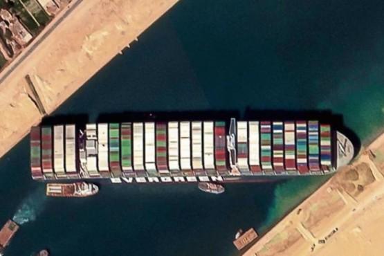 Bloque del portacontenedores en el Canal de Suez.