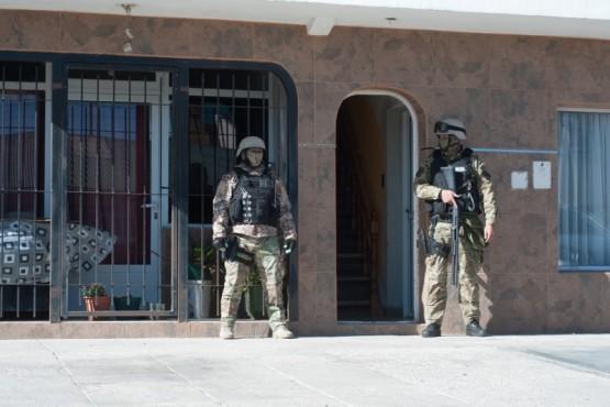 El ingreso al departamento allanado quedó custodiado por las Fuerzas Especiales. (Foto: L.F.)