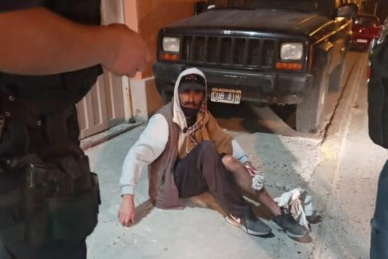 Le pegaron un tiro en la pierna y al llegar la policía los echó