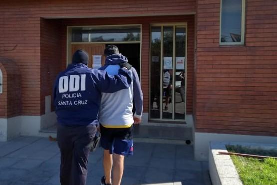 El detenido por violencia de género quedó alojado en la Comisaría Primera de Caleta.
