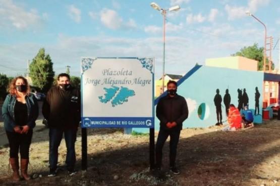 Claudio Cadiz, junto a vecinos. en la plazoleta Jorge Alejandro Alegre.