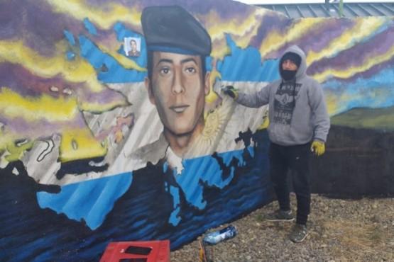 El mural y su creador (Foto C. Robledo).