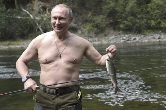 Vladimir Putin posa junto a su presa.